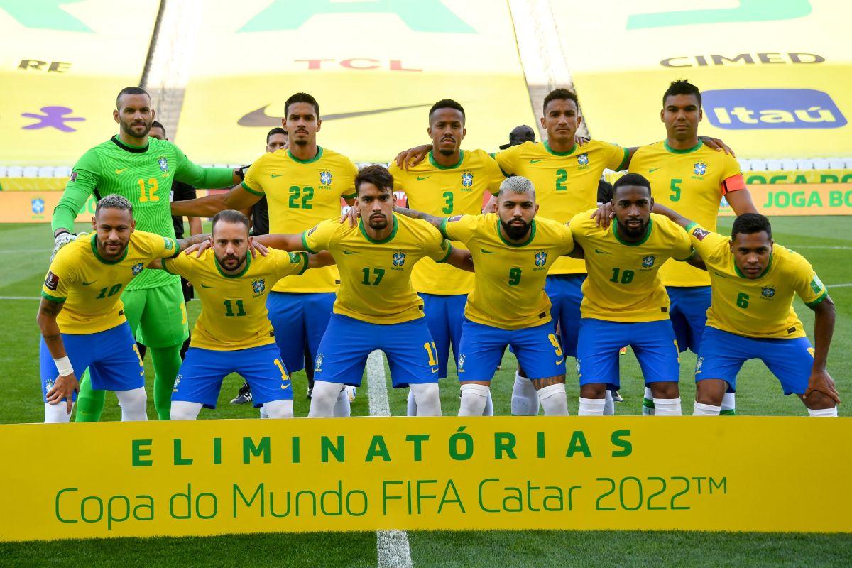 Brasil se quedó en el campo luego de la suspensión del partido.