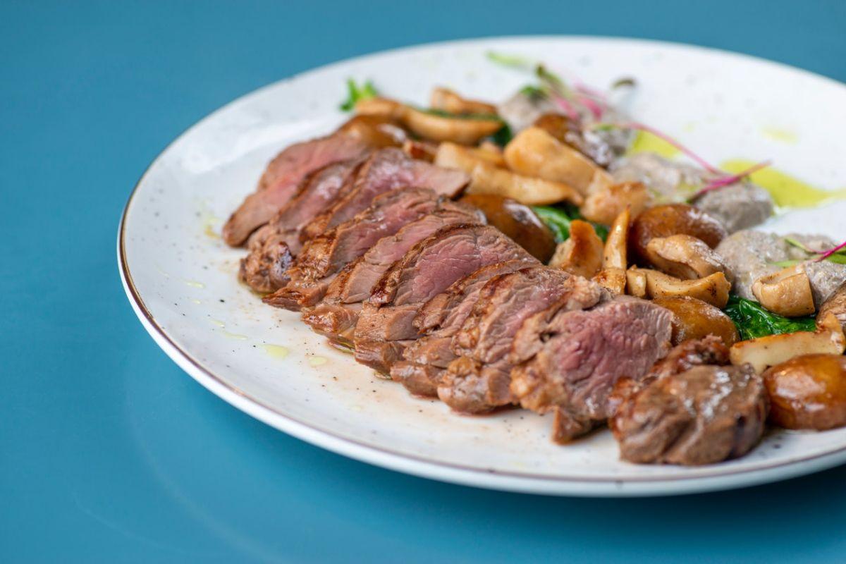 El consumo de carne roja favorece la inflamación crónica.
