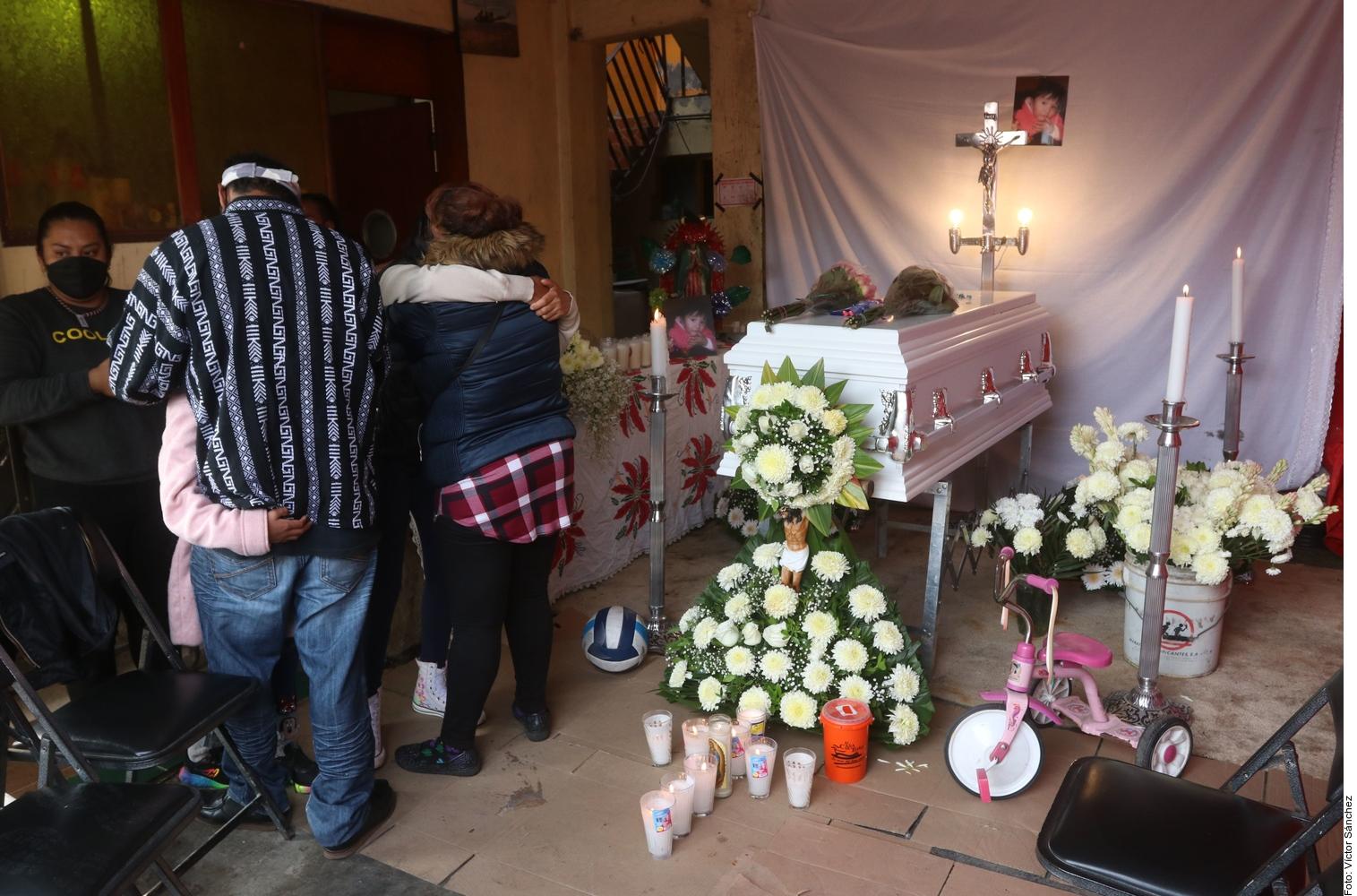 Familiares velan el cuerpo de la niña Mía Mayrín de 3 años. Foto: Agencia Reforma.