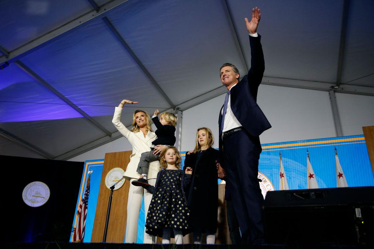 El gobernador de California, Gavin Newsom junto a su esposa y tres de sus cuatro hijos.