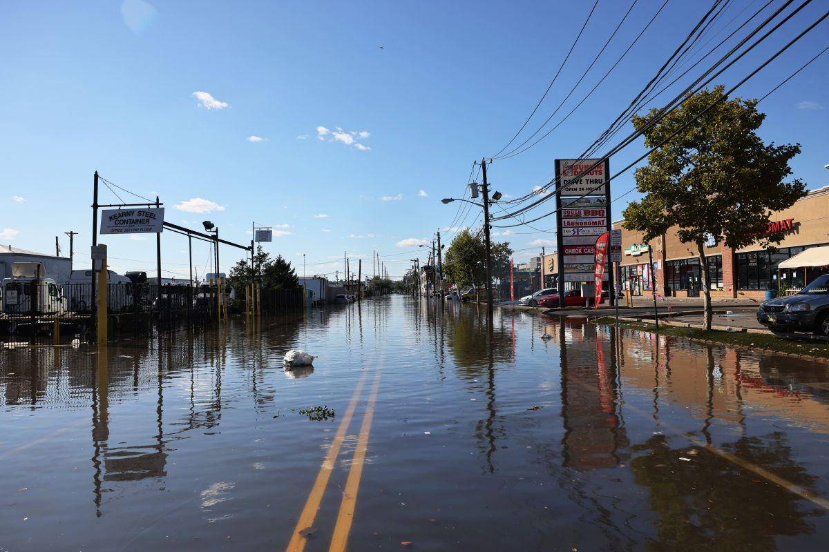 Los devastadores efectos del huracán Ida todavía persisten cuando acechan dos tormentas tropicales más.