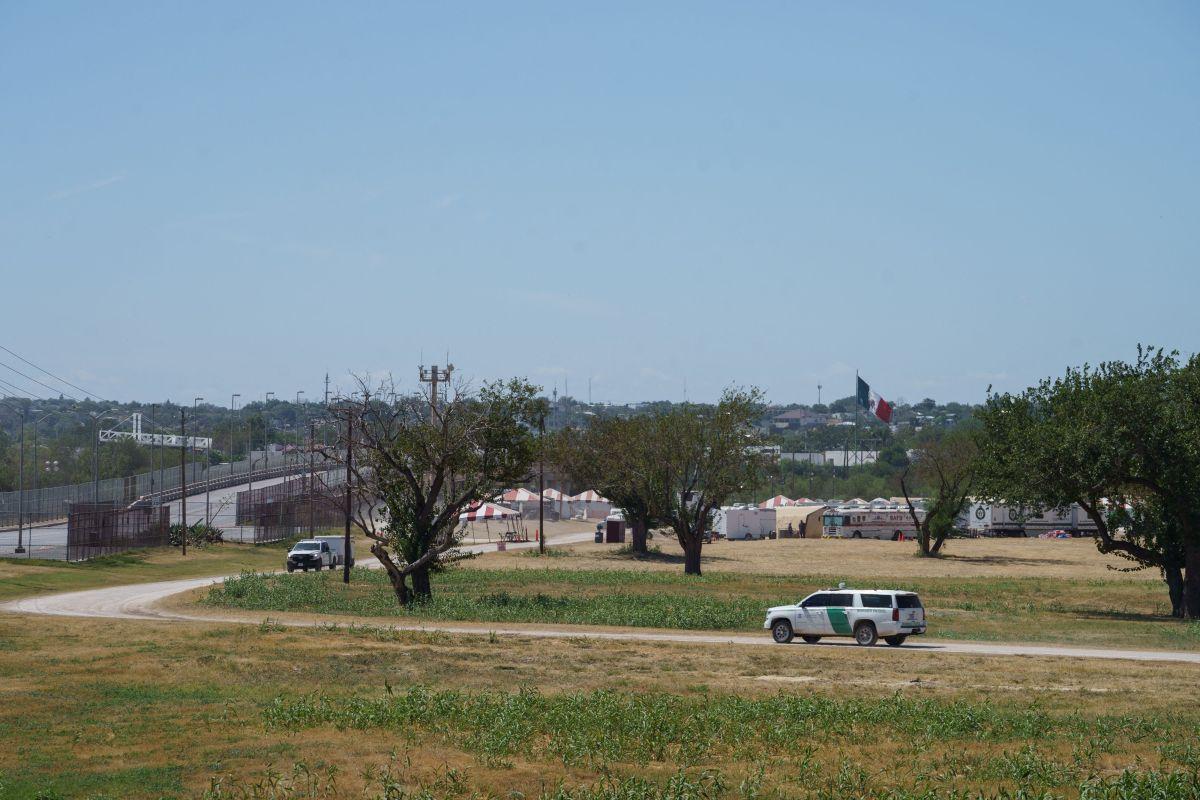 Un vehículo de la Patrulla Fronteriza de EE.UU. circula en el área donde se instaló el campamento de migrantes.