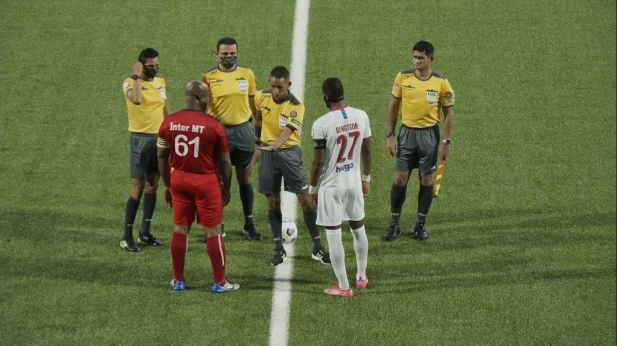 El vicepresidente de Surinám le entregó dinero a los jugadores del Olimpia tras la culminación del partido.