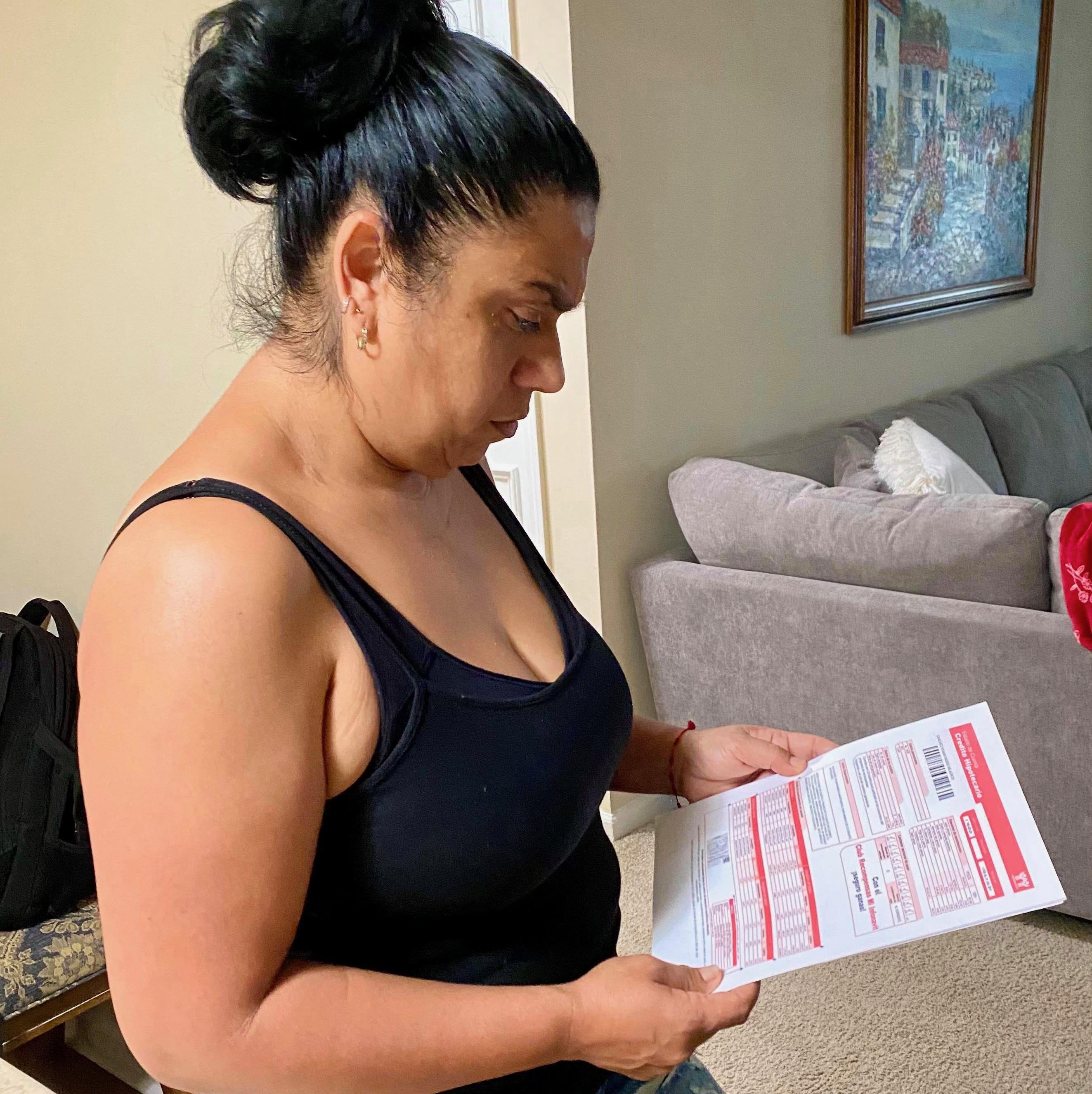 Elízabeth Aguilar observa uno de los documentos de Infonavit a los que tuvo acceso