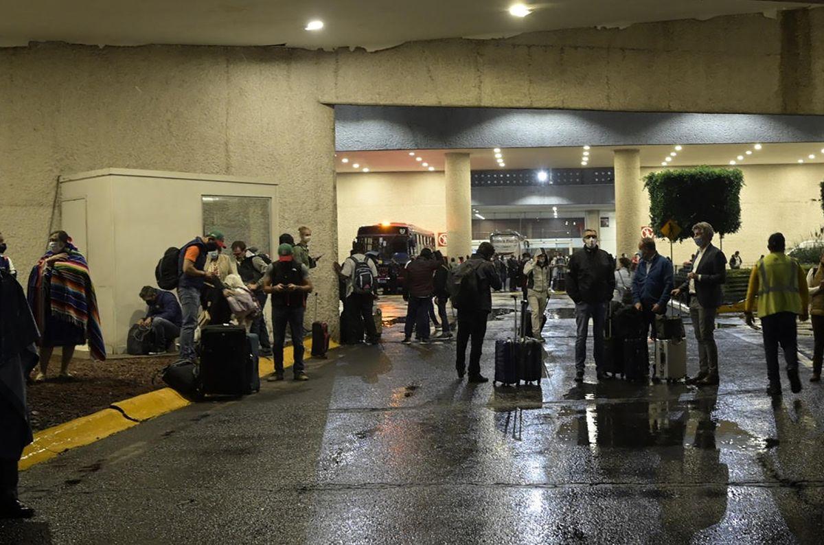 Los afectados fueron citados en la puerta 8 de la Terminal 1 del Aeropuerto Benito Juárez.