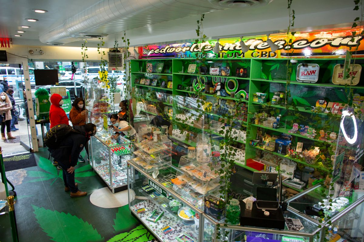 Interior de la tienda Weed World que vende productos elaborados con cannabis en Nueva York.