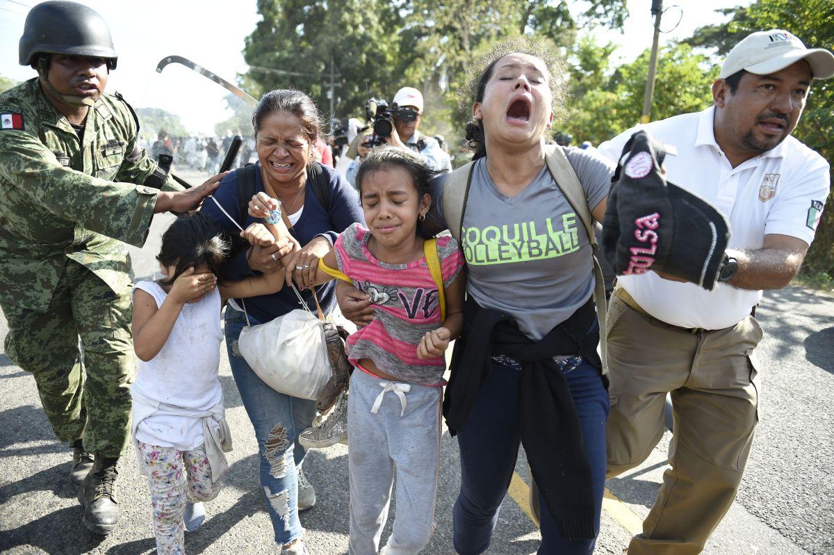 Agentes mexicanos han detenido 3 caravanas migrantes en una semana.