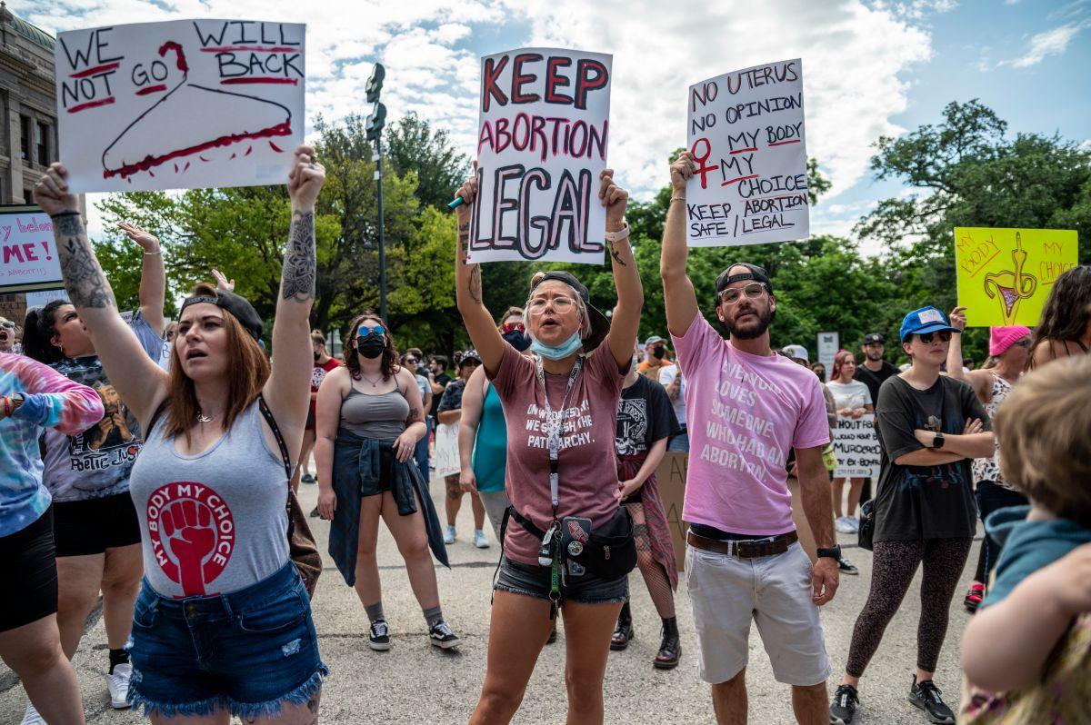 Ciudadanos protestaron contra la legislación afuera del capitolio en Austin.