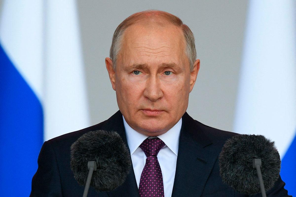 Vladimir Putin entra en cuarentena tras detectarse casos de COVID-19 en su entorno.