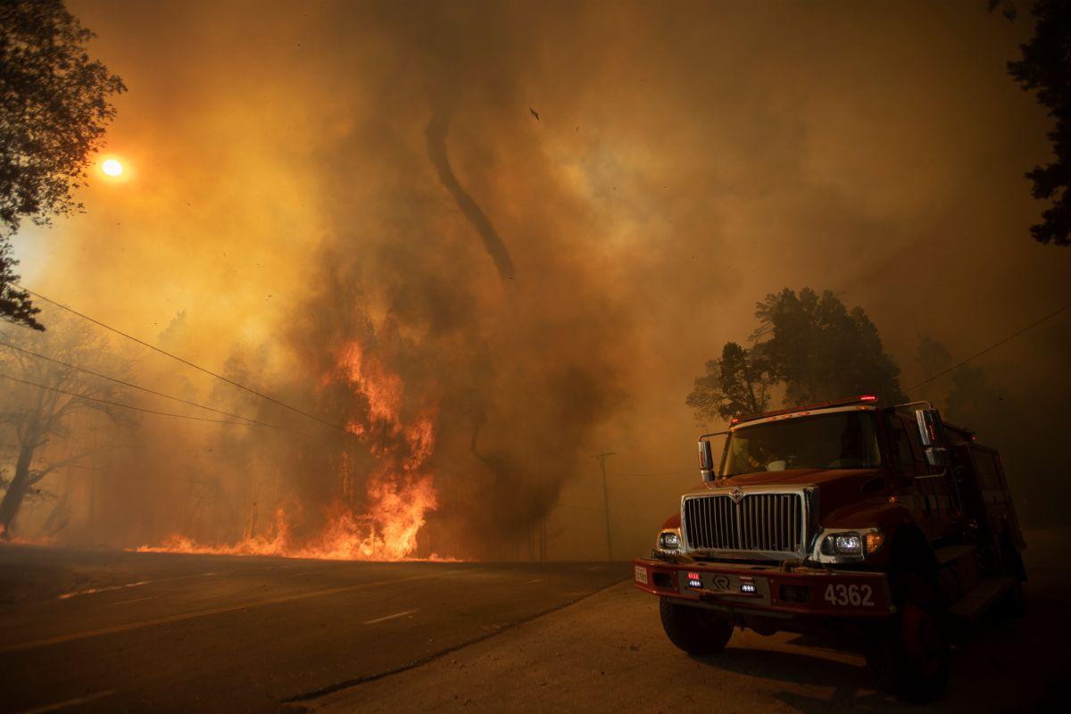 Un tornado de fuego cerca de Wofford Heights, California, el 25 de agosto de 2021.