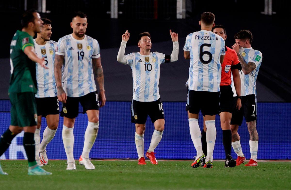 Lionel Messi celebrando su gol contra Bolivia en las Eliminatorias