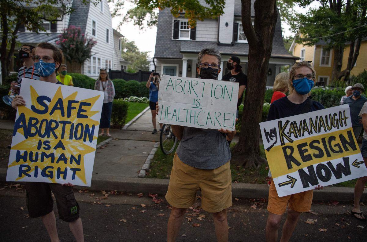 Dos personas demandaron a Alan Braid, el doctor que realizó un aborto en Texas y que lo hizo público desafiando la nueva ley.