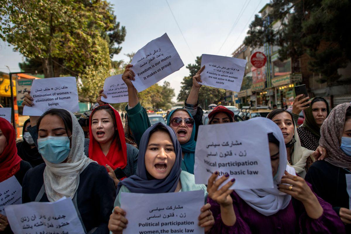 Este domingo los talibanes ordenaron a trabajadoras de la alcaldía de Kabul que regresen a sus casas a menos que sus puestos no puedan ser ocupados por hombres.