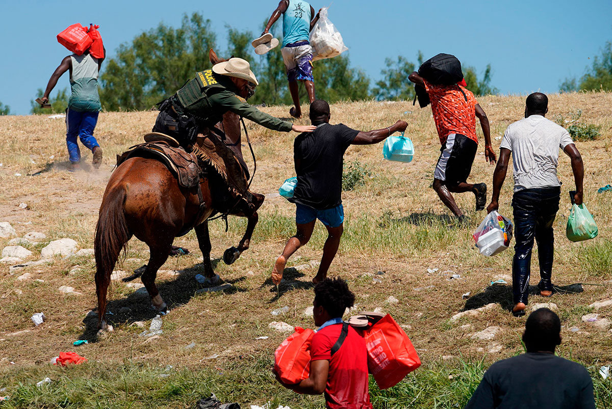 Texas pide a Joe Biden declarar emergencia por llegada de más migrantes haitianos al estado.