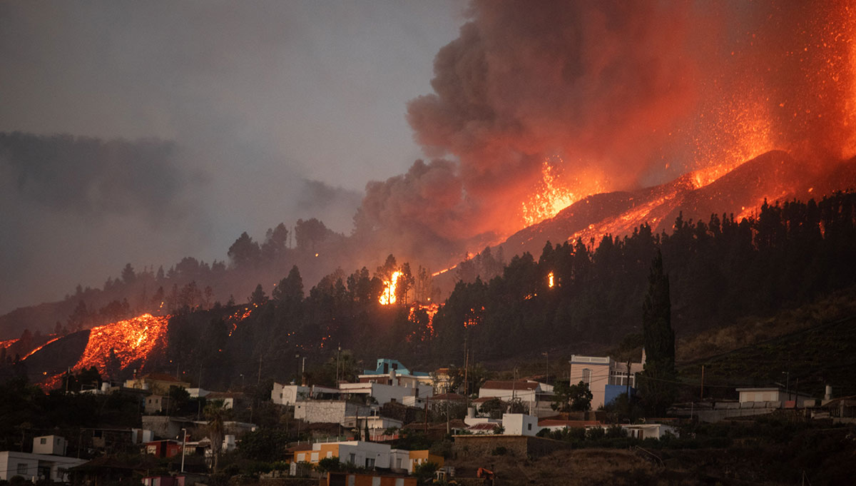Volcán en España arrasa con 350 inmuebles.