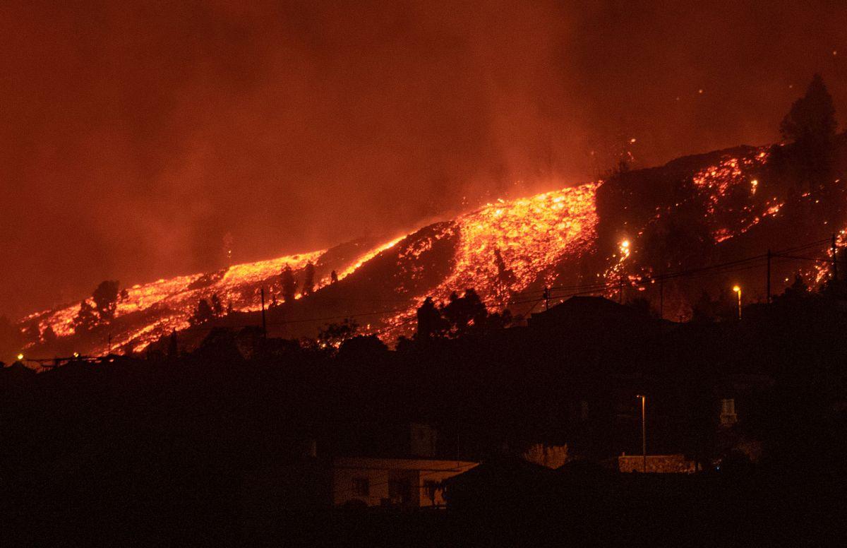 La erupción del volcán Cumbre Vieja, en Canarias, provocó la evacuación de 5,000 personas este domingo.