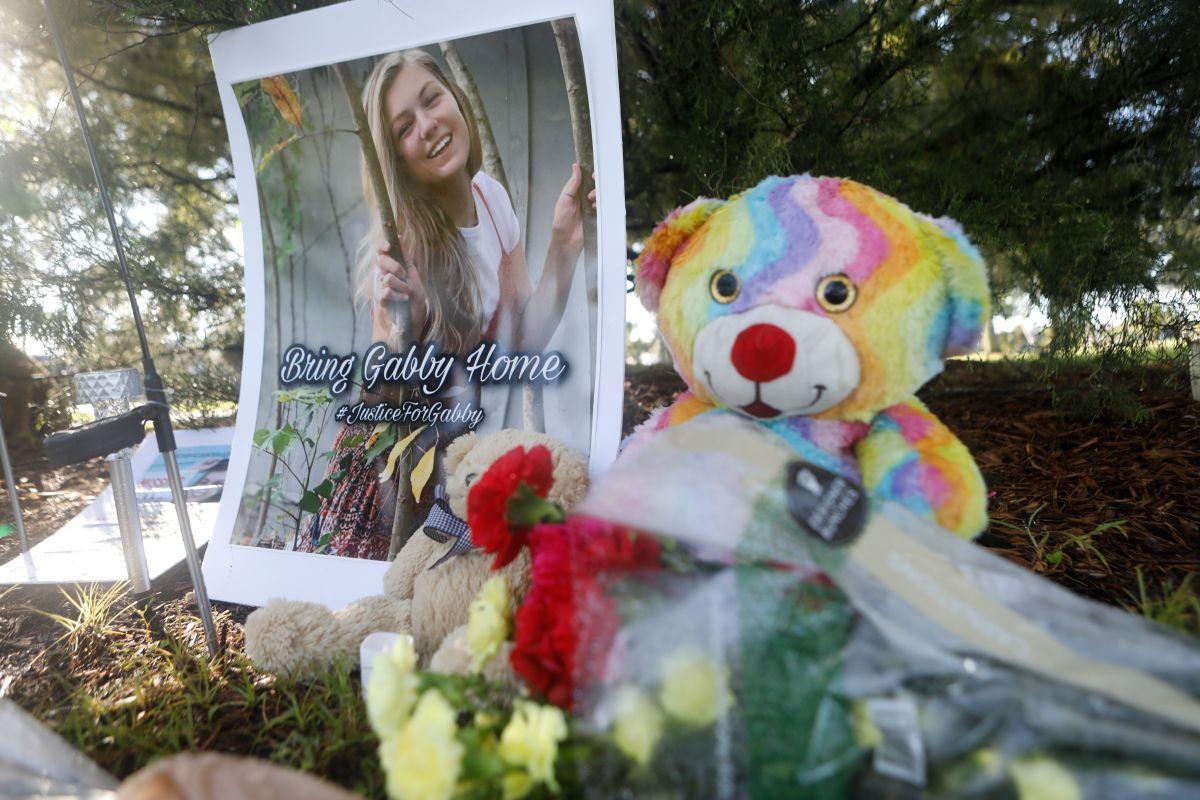 Un memorial dedicado a Gabby Petito en  North Port, Florida.