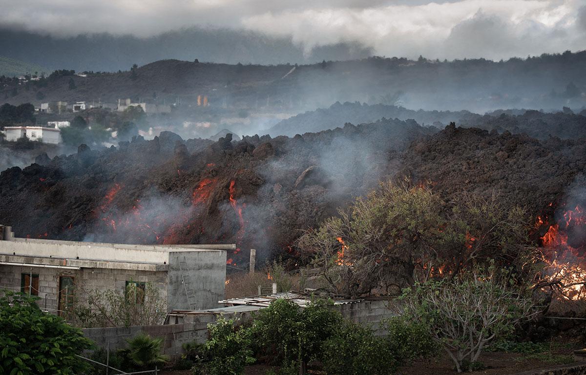 Lava del volcán Cumbre Vieja en España se dirige lentamente hacia el mar arrasando viviendas a su paso.