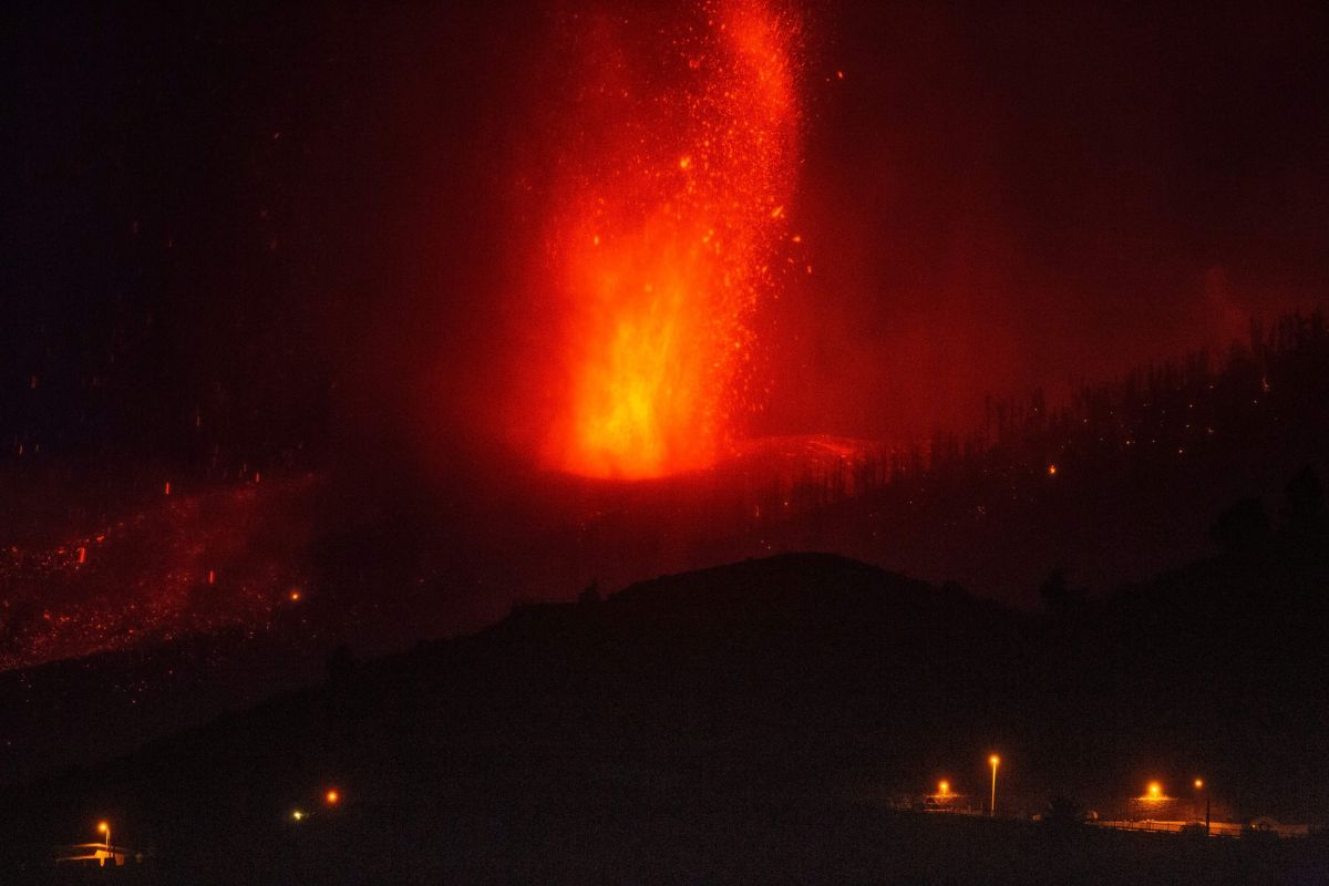 La lava expulsada por el volcán en La Palma llega a aproximadamente 46 millones de metros cúbicos y este martes tocó al océano Atlántico.