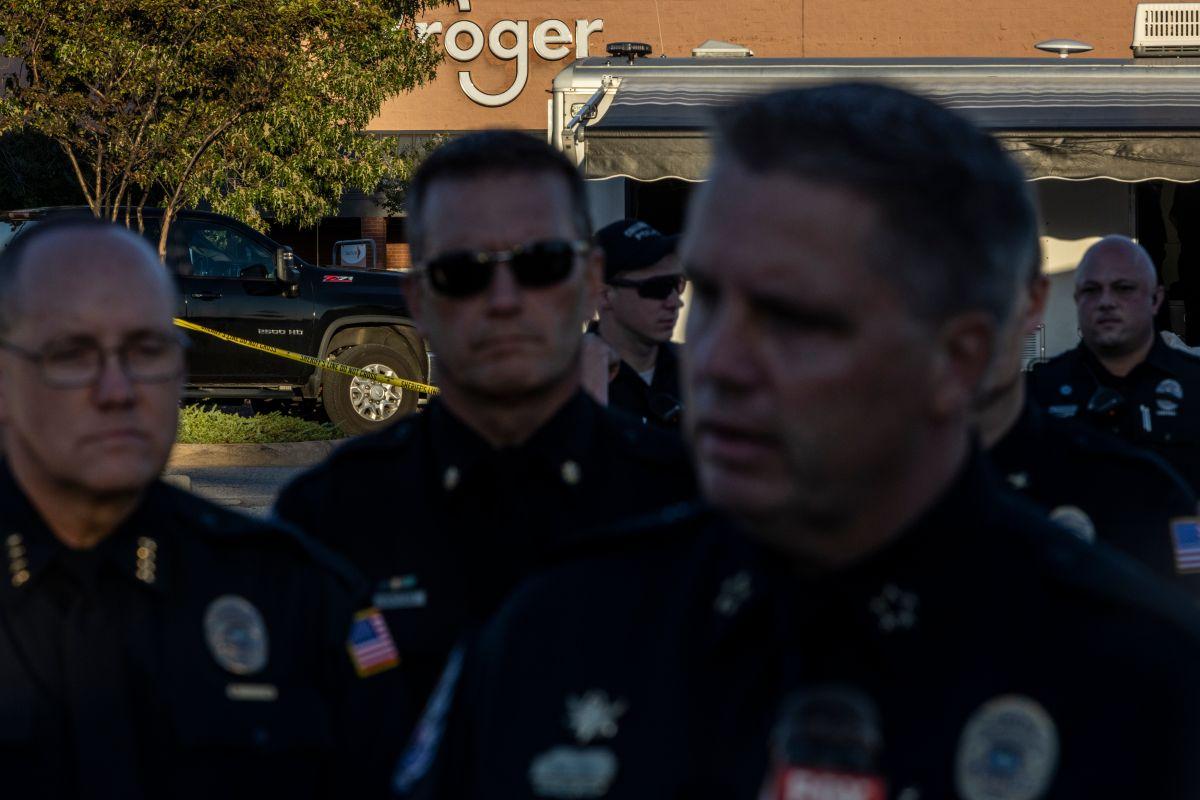 El jefe de policía de Collierville, Dale Lane (d), durante una conferencia de prensa en el sitio del tiroteo.