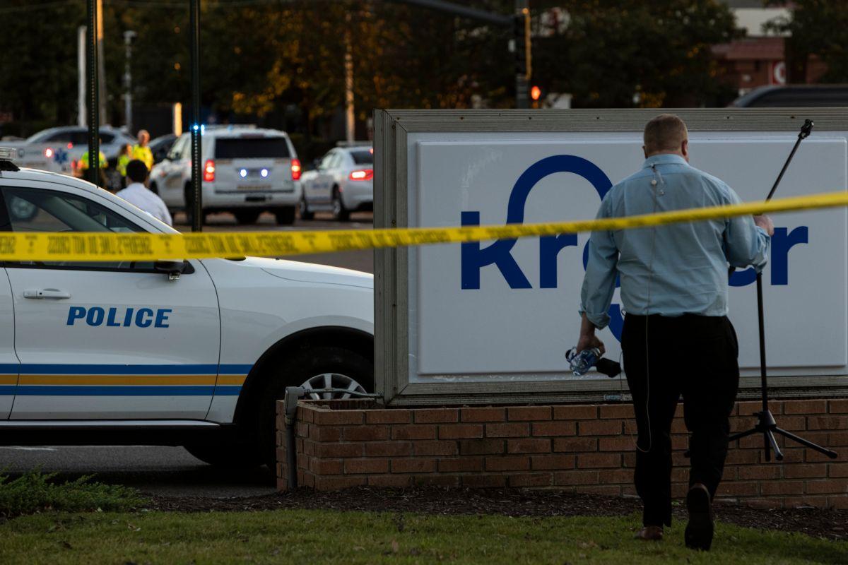 Autoridades en la tienda Kroger donde ocurrió un tiroteo el 23 de septiembre de 2021 en Collierville, Tennessee.