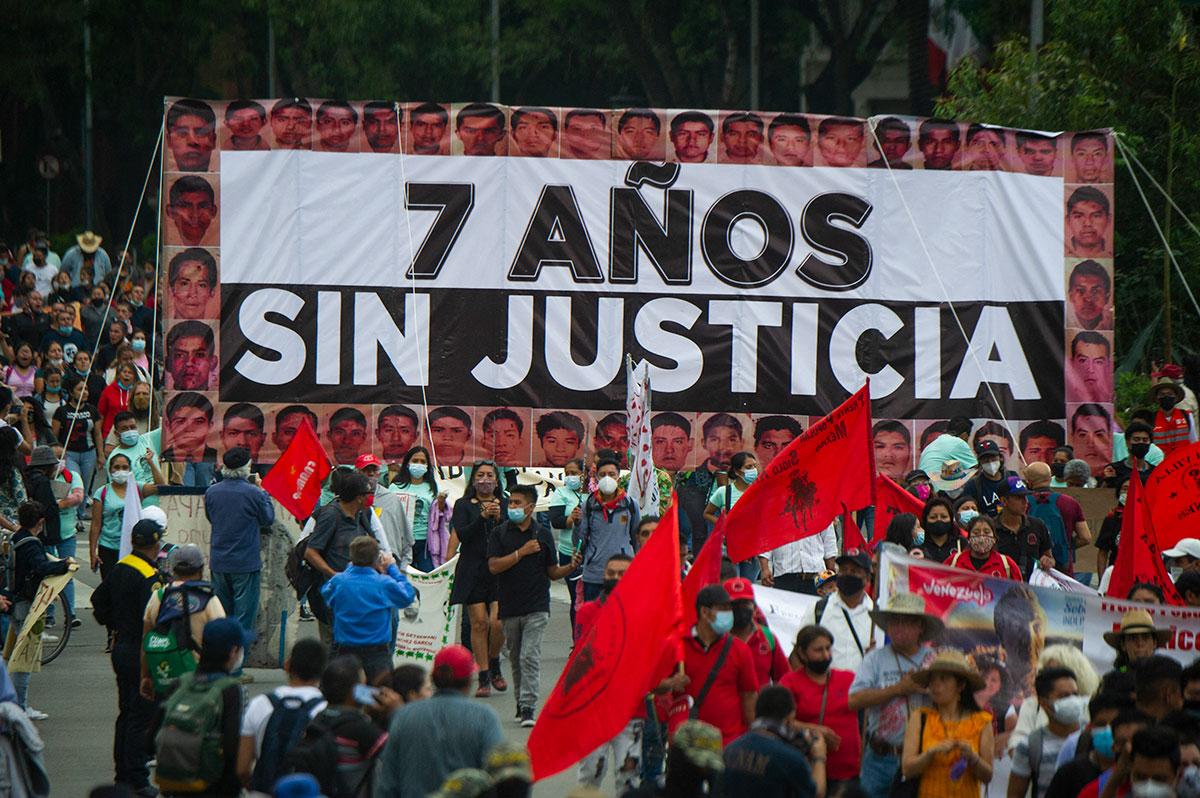 Manifestaciones en México y Nueva York por los 7 años de la desaparición de los 43 normalistas de Ayotzinapa.