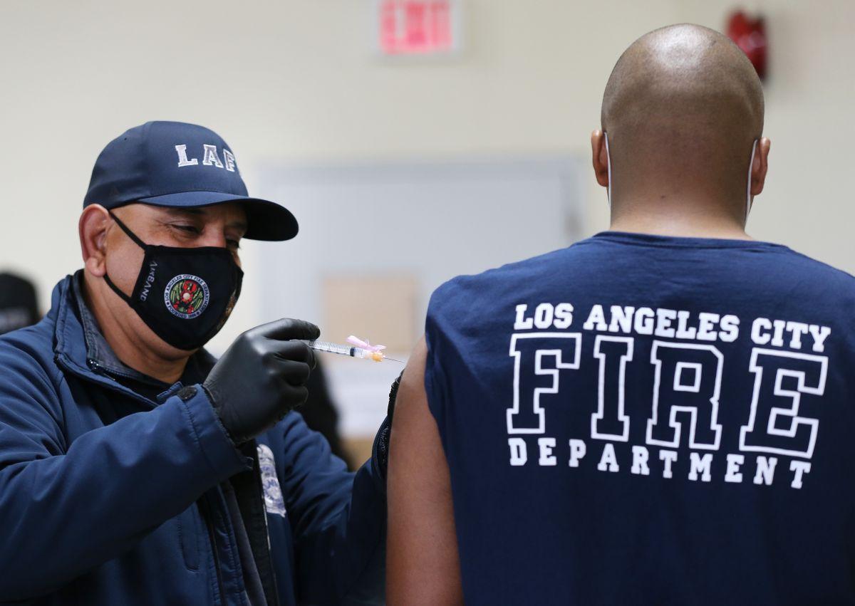 Un grupo de bomberos piden una orden judicial para evitar que deban ser vacunados contra el coronavirus.