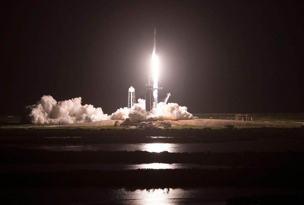 SpaceX Falcon 9 con la cápsula Crew Dragon al momento del despegue.