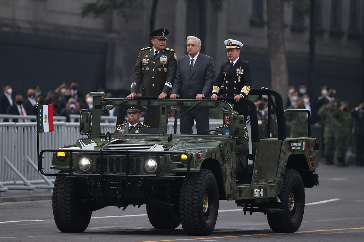 AMLO encabeza el Desfile Militar por los 211 años del Inicio de la Independencia de México.