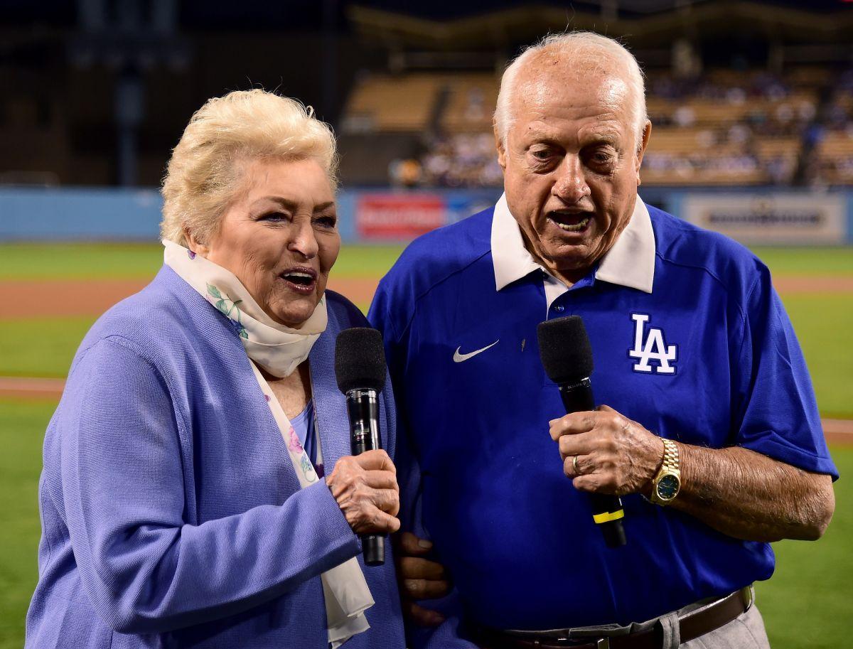 Jo y Tommy Lasorda antes de un juego de los Dodgers en 2016.