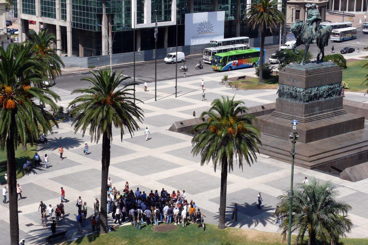 Un hombre de 32 años se prendió en fuego por razones desconocidas en la Plaza Independencia, en la capital de Uruguay.