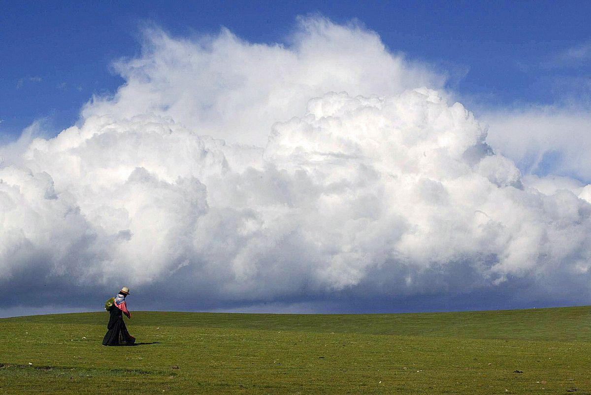 La capa de ozono atmosférica protege la vida en la Tierra.