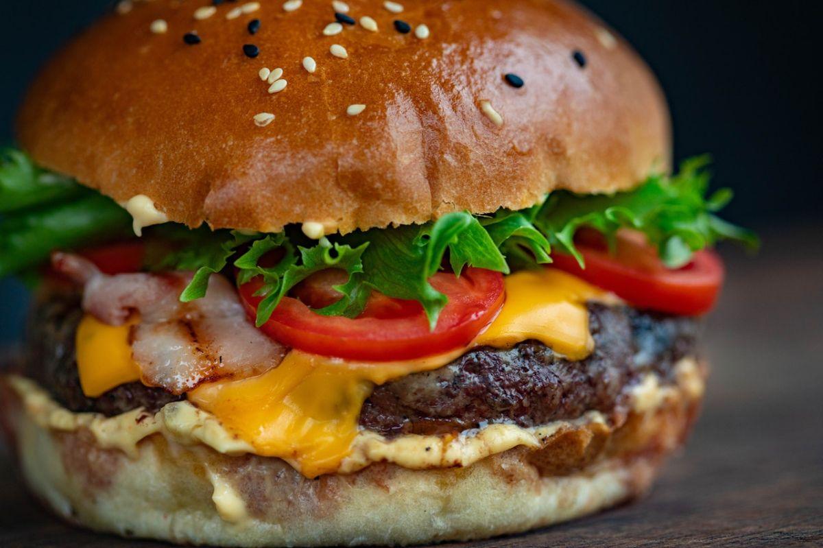 Condimentar tu hamburguesa congelada realza su sabor.