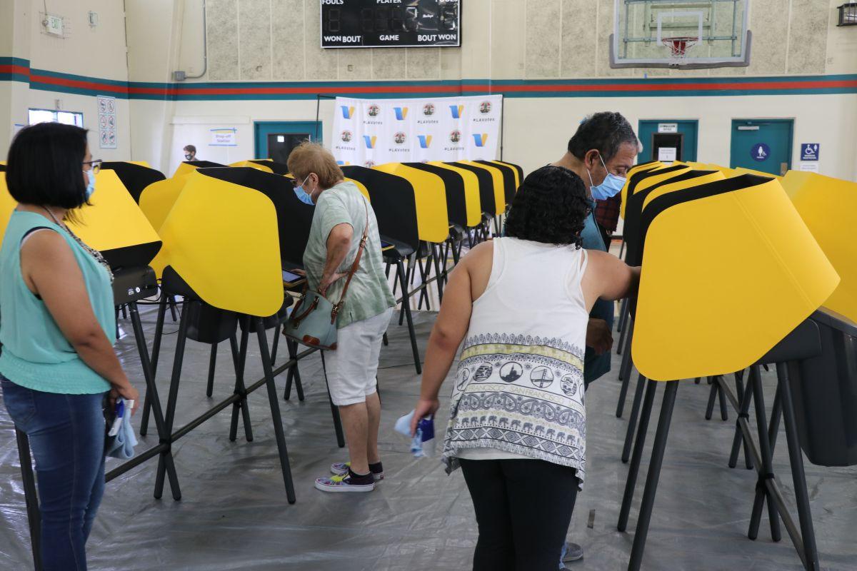Miembros de la comunidad latina salen a votar.