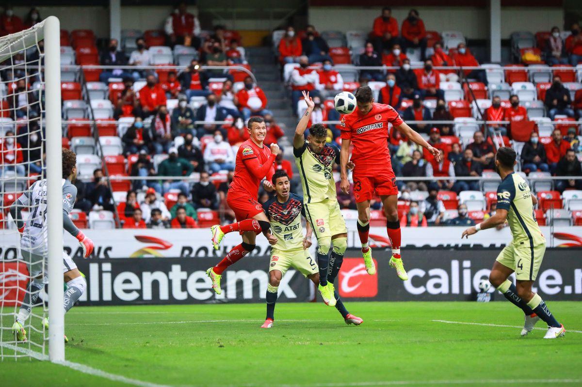Óscar Haret Ortega remata para uno de los goles de los Diablos Rojos.