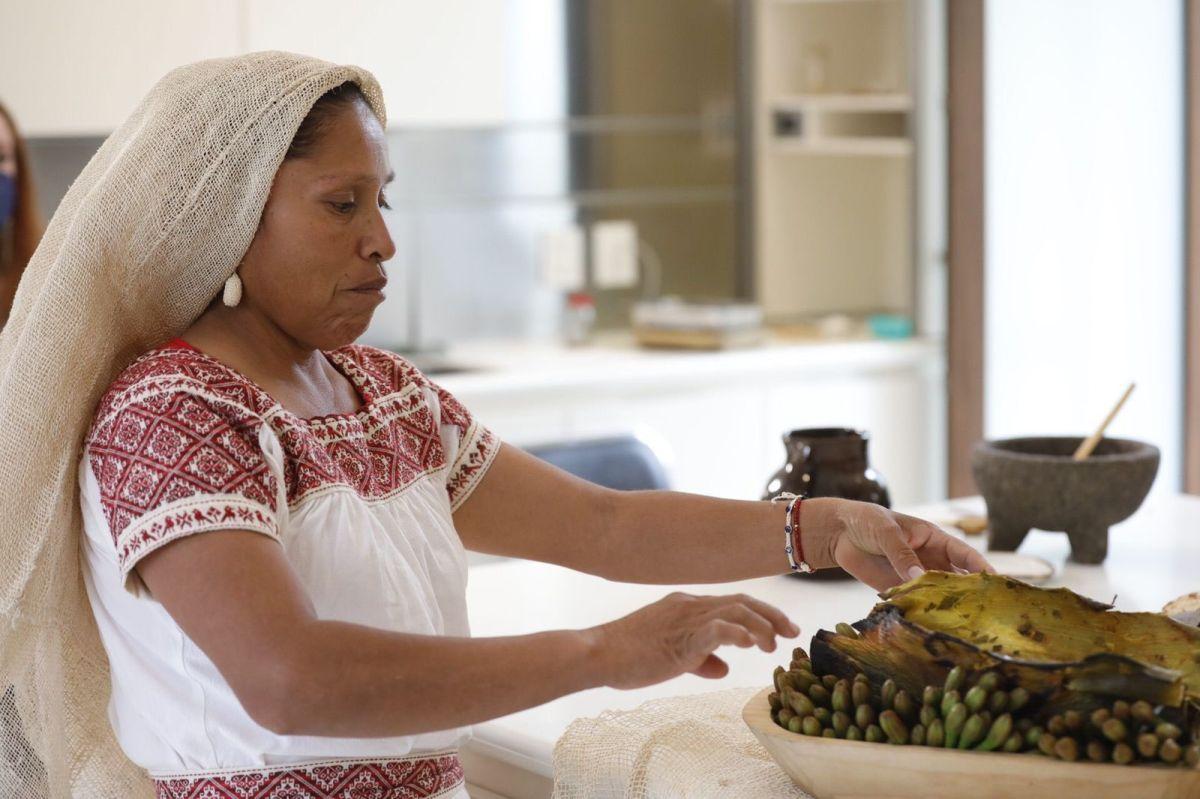 Inés de la Cruz al presentar su receta de Flor de maguey en asada con chinicuiles.