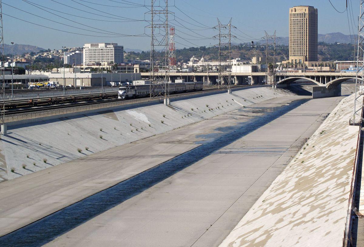 Mirando hacia el norte desde el puente Fourth Street, hacia el edificio de la sede de la Autoridad de Transporte Metropolitano del Condado de Los Ángeles (torre), que se encuentra junto a Union Station. / Wikipedia