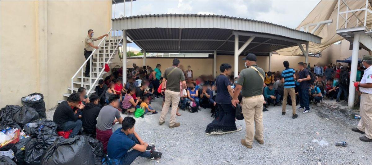 Más de 300 migrantes fueron hallados en una bodega por agentes federales mexicanos