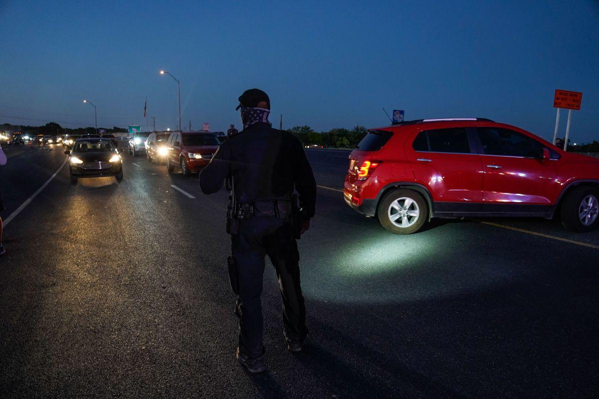 Oficiales de Del Río desvían el tráfico en la frontera con México.