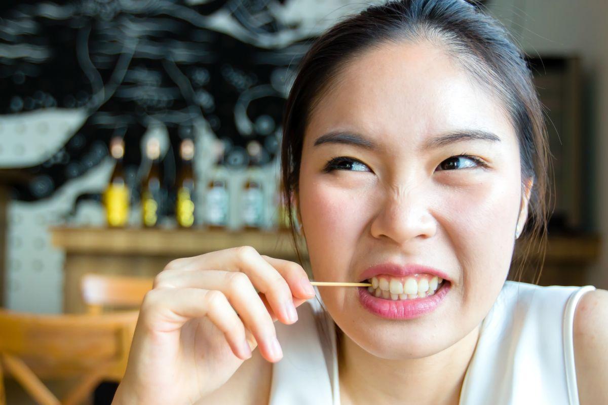 Los palillos de dientes son convenientes para llevar a todos lados y poder limpiar los residuos de alimentos que te puedan quedar entre los dientes.