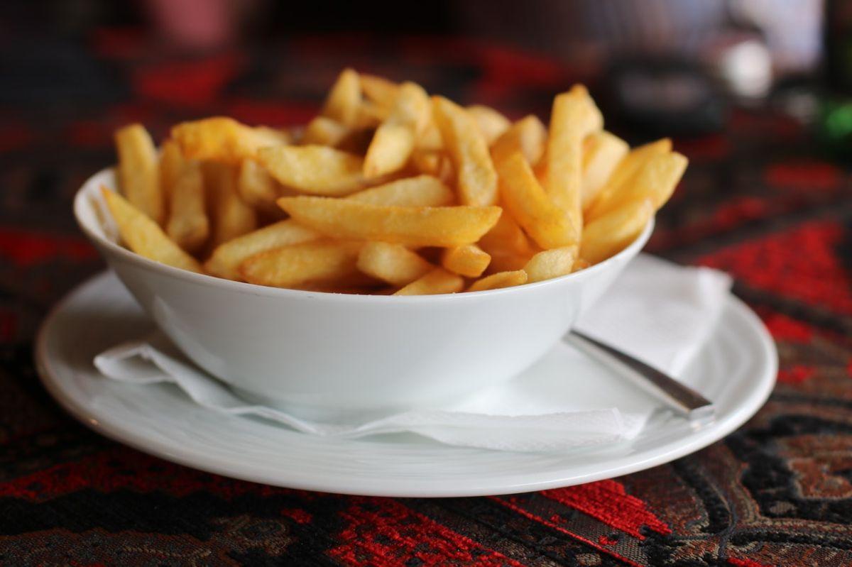 Las papas congeladas que ya tienen una primera fritura se fríen mejor que las papas frescas.