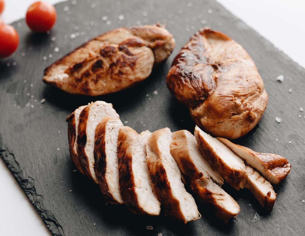 La Asociación Estadounidense de Diabetes sugiere elegir aves de corral sin piel para obtener menos grasas saturadas y colesterol.