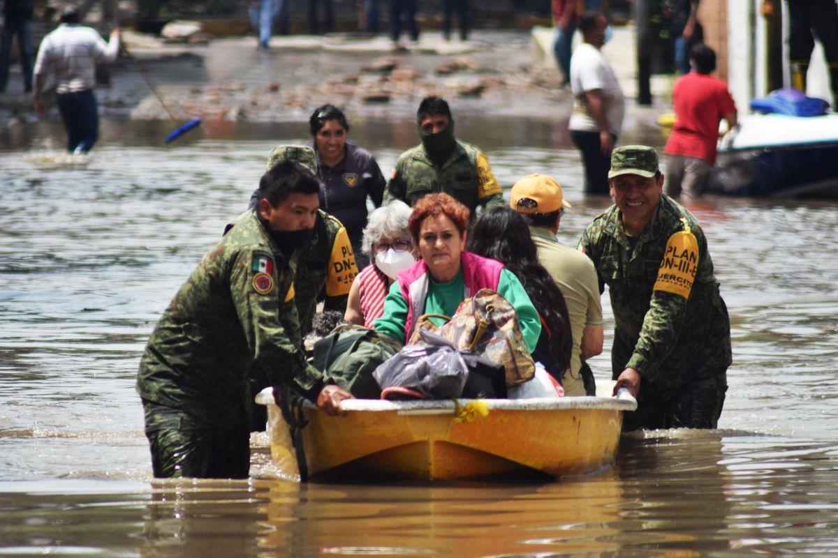 Miembros del Ejército Mexicano evacúan pacientes de un hospital en Tula, Hidalgo.