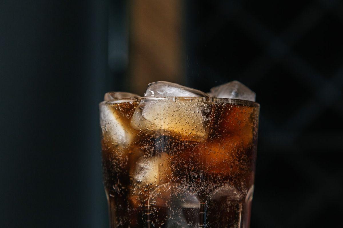 Los refrescos aportan una importante cantidad de azúcar añadido a la dieta.