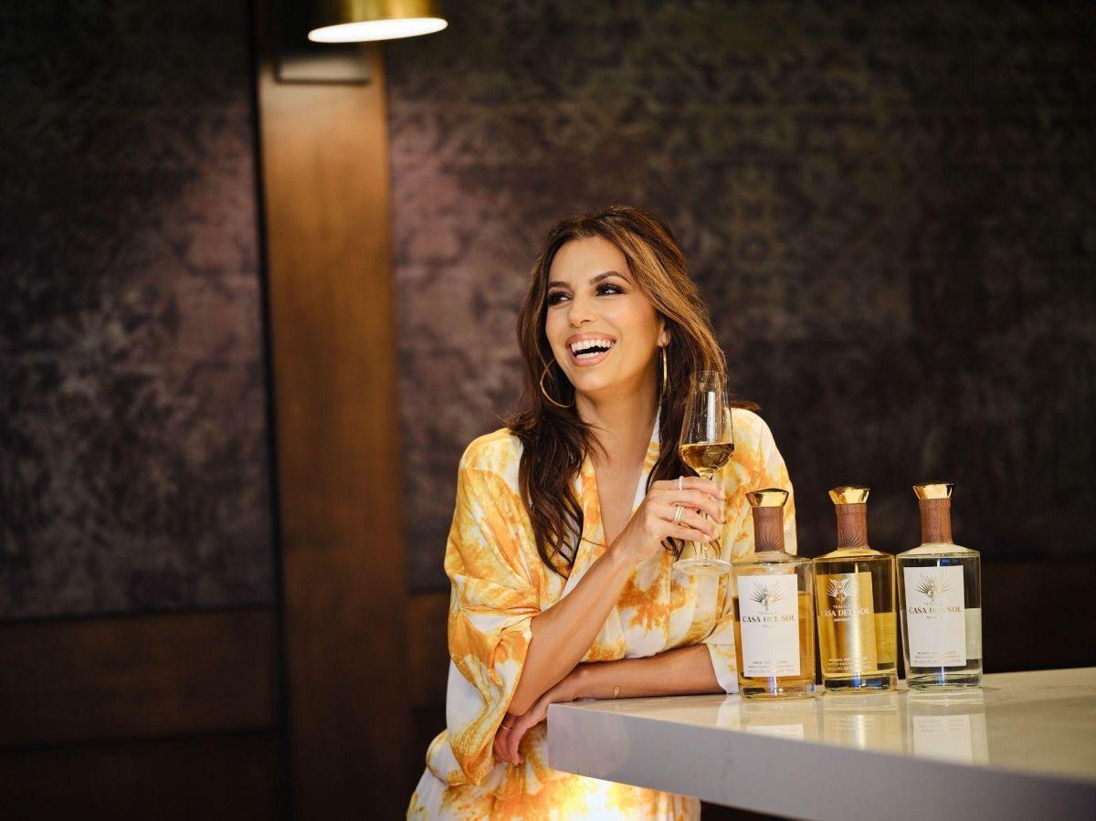 La actriz con raíces mexicanas Eva Longoria es cofundadora del tequila Casa Del Sol.