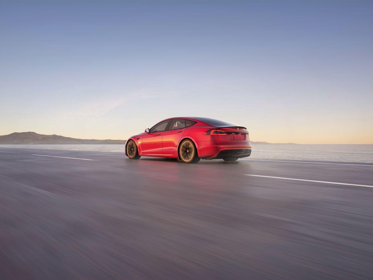 Vista trasera del Tesla Model S en la carretera