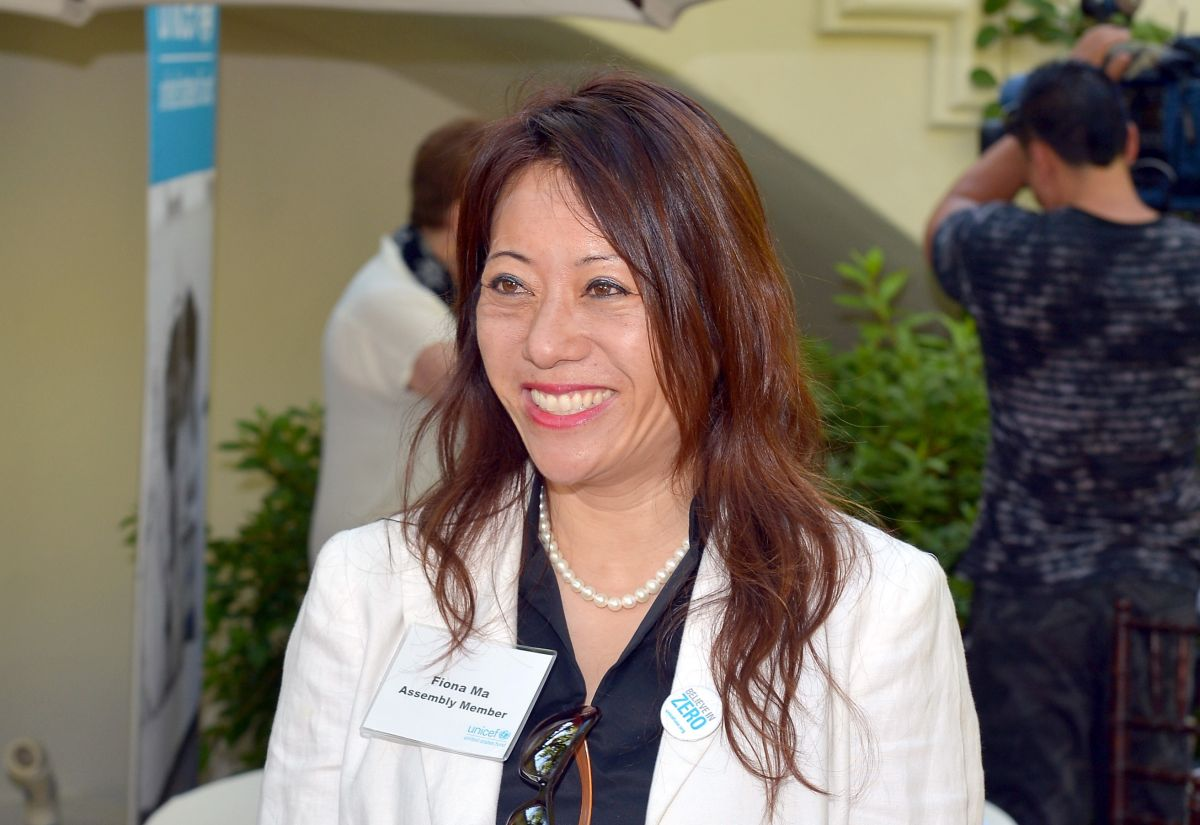 Fiona Ma suele compartir habitaciones de hotel con su jefa de personal para ahorrar dinero.