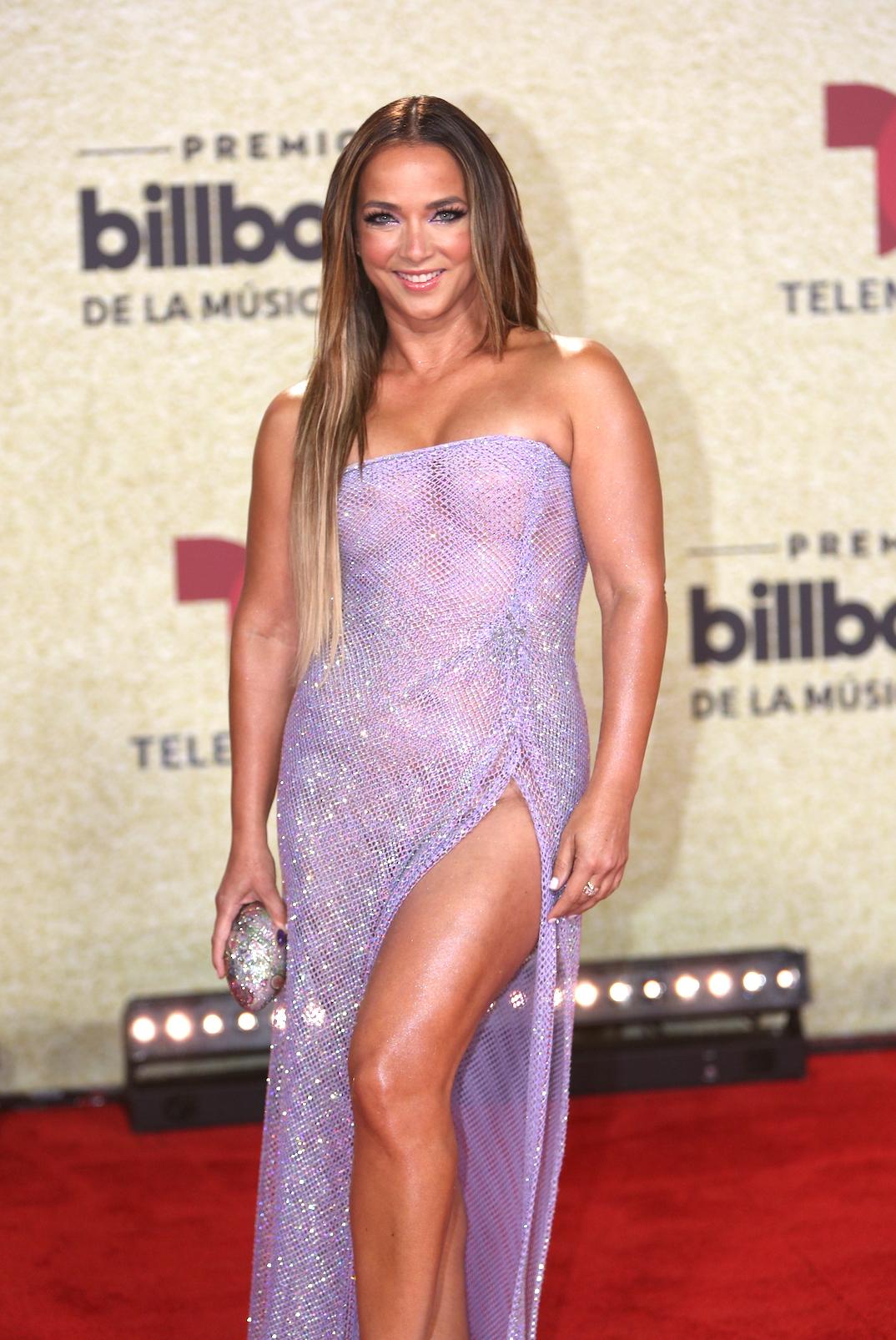 Adamari López en la alfombra roja de Premios Billboard 2021.