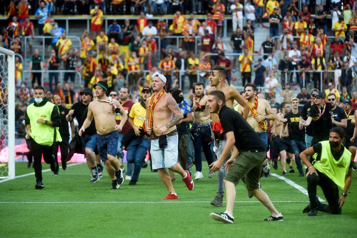 Aficionados radicales invadieron el campo de juego para agredir a los otros fanáticos.