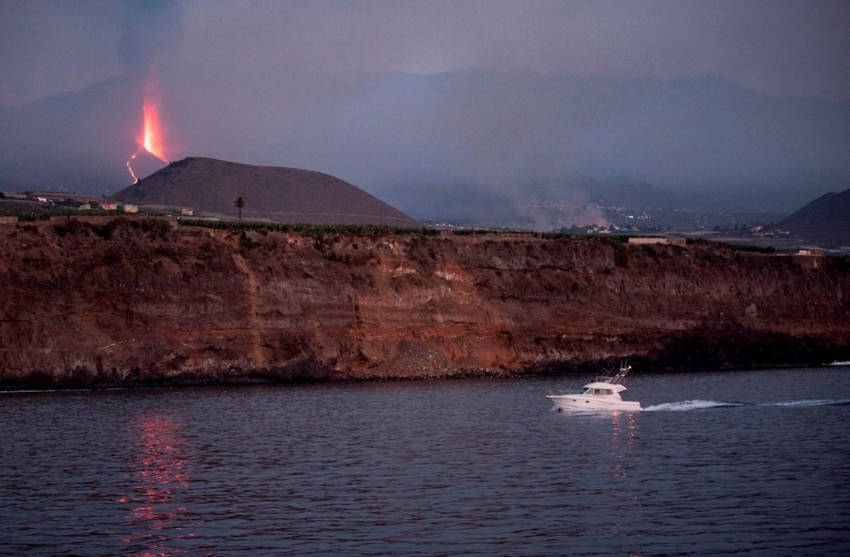 Lava del volcán Cumbre Vieja en España está entre 800 y 1,000 metros de llegar al mar.